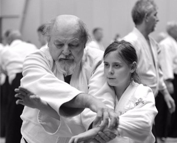 En gammal man och en ungdom tränar tillsammans.